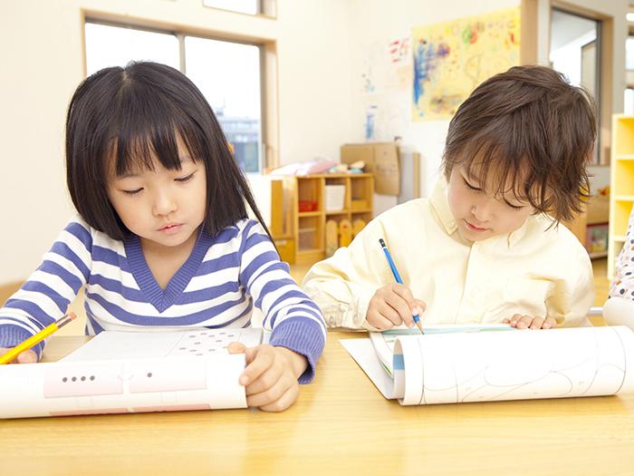 子供たちが勉強している